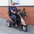 Tyto elektrické vozíky slouží pro hůře se pohybující nebo vůbec nechodící spoluobčany. Elektrické skútry se ovládají rukama a dokonce jsou přizpůsobené jenom na ovládání jednou rukou. Na tyto skútry není...